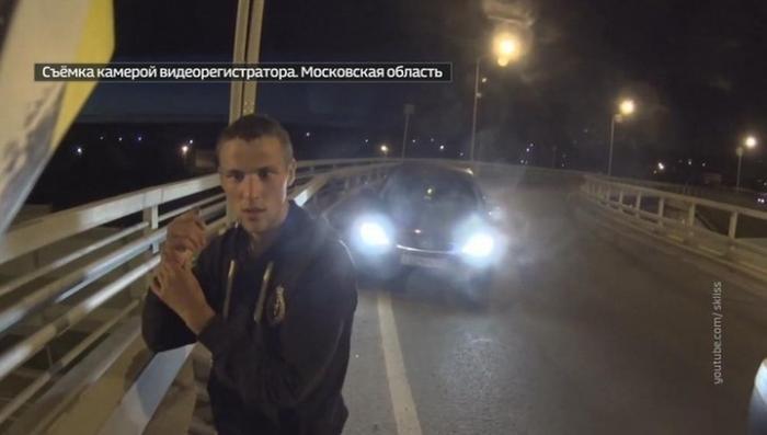 Байкер спас от смерти молодого парня, пытавшегося спрыгнуть с моста