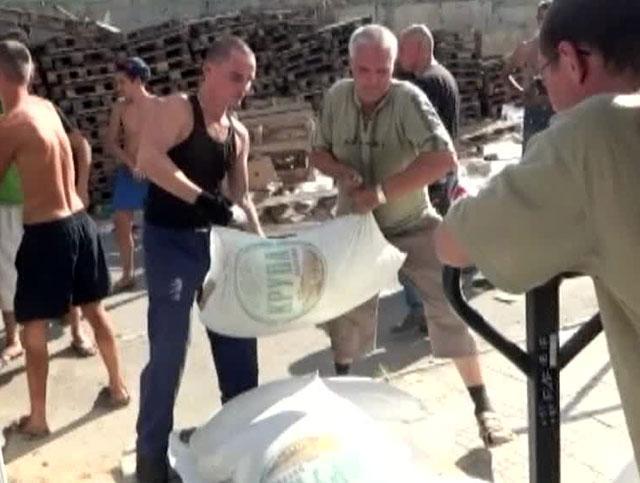 Катастрофа в Луганске: гуманитарную помощь в городе получают под обстрелами