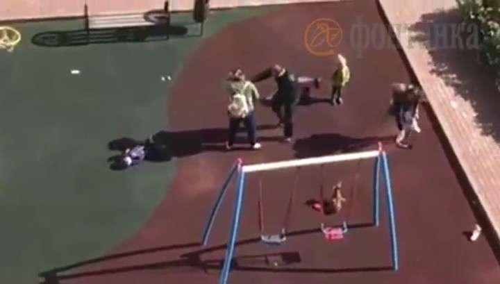 Петербург: истеричка с собачкой пнула ногой ребенка и прыснула баллончиком в его мать