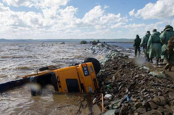 Если бы Мылкинская дамба рухнула, вода вошла бы прямо на улицы города Фото: Борис КОКУРИН