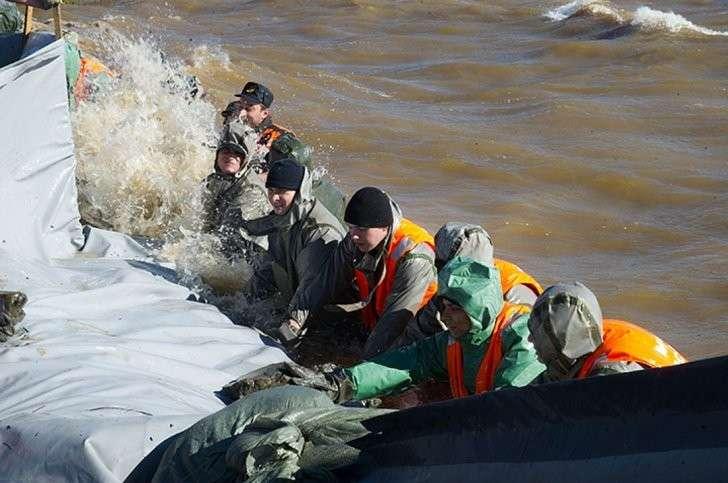 Бойцы буквально своими телами защищали город от большой воды Фото: Борис КОКУРИН