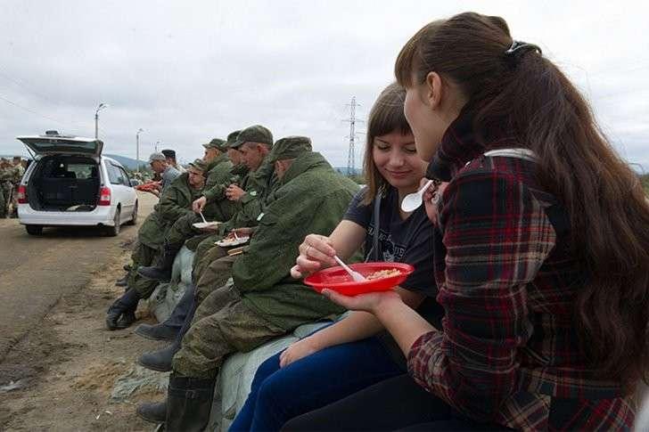 Предприниматели бесплатно кормили всех работающих на дамбе Фото: Борис КОКУРИН