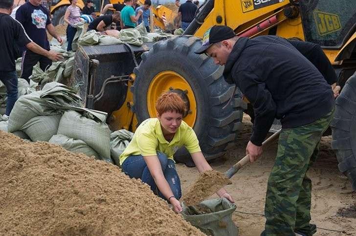На защиту города вышли все - военные спасатели, студенты, люди брали отпуска на работе, чтобы помочь на дамбе Фото: Борис КОКУРИН