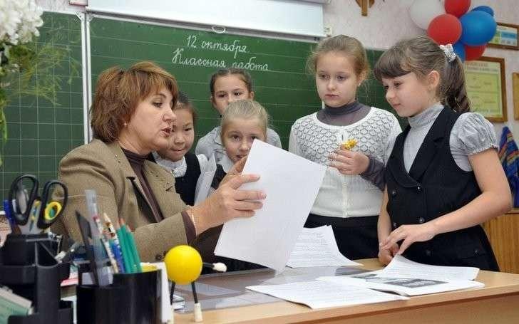 Три с полтиной (5 центов) за час работы учителя в России
