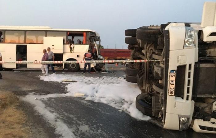 Турция: в Анталье перевернулся туристический автобус