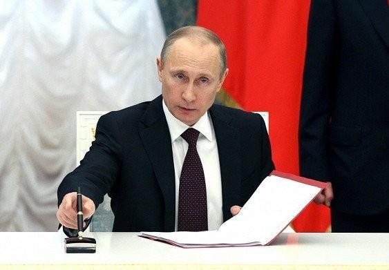 Владимир Путин поручил перейти на рублевые расчеты в портах России