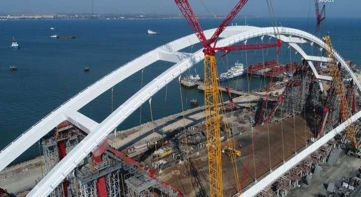 Автодорожную арку Керченского моста передвигают к пирсам