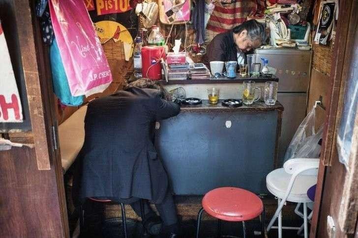 Так пьют в Японии. Только не говорите, что товарищи японцы просто устали