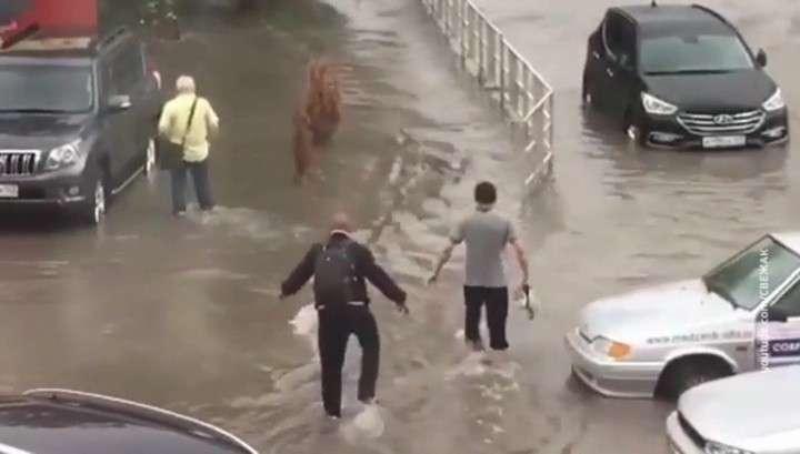 На Анапу обрушился мощный ливень, превративший улицы в реки