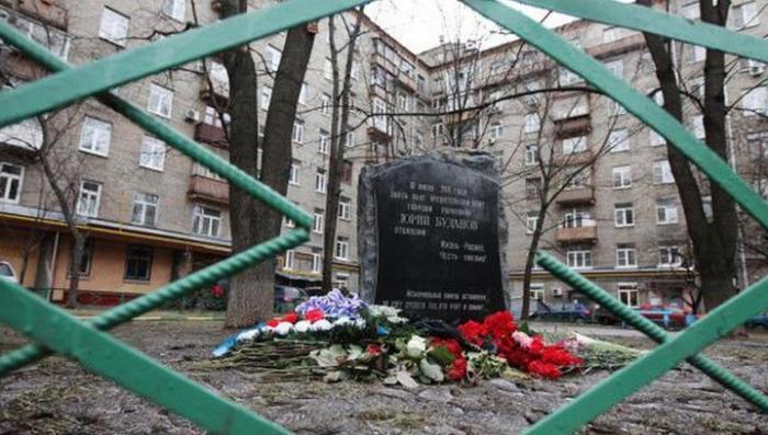 В Москве женщина в хиджабе кинула коктейль Молотова в мемориал Буданову