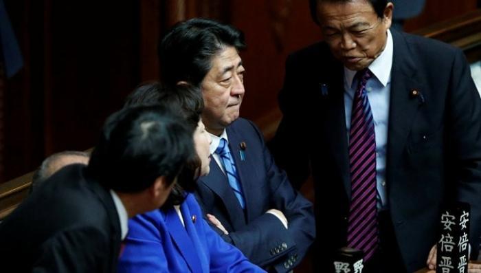 Премьер Японии распустил парламент из-за своих личных интересов