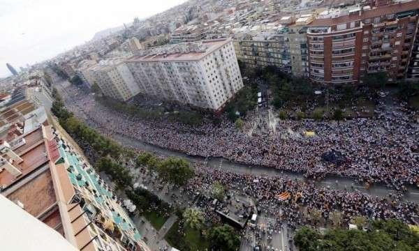 В Каталонии на улицы побежали такие же идиоты, как на Украине