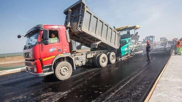 На участке Керченского моста дорожники уложили верхний слой асфальта