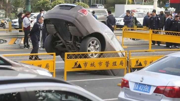 Китай: Роллс-Ройс провалился под землю прямо во время движения