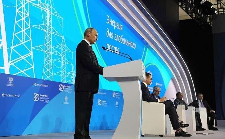 Напленарном заседании «Энергия для глобального роста» первого Международного форума поэнергоэффективности иразвитию энергетики «Российская энергетическая неделя».