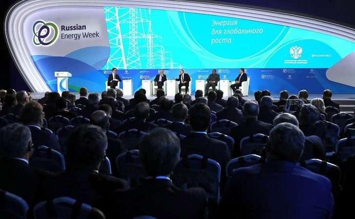 Пленарное заседание «Энергия для глобального роста» первого Международного форума поэнергоэффективности иразвитию энергетики «Российская энергетическая неделя».
