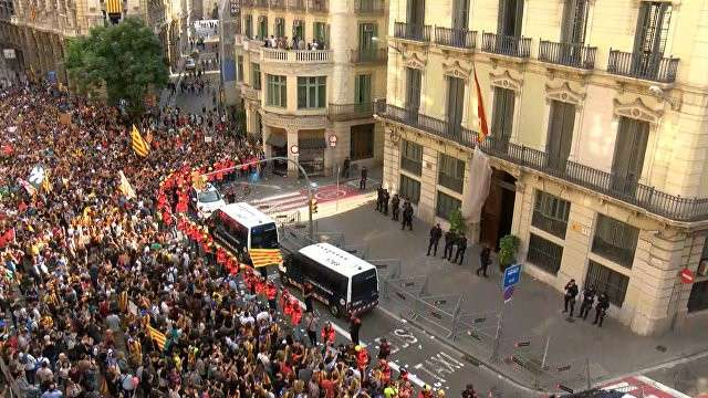 Каталония: обманутые пожарные встали стеной между полицейскими и обманутыми протестующими