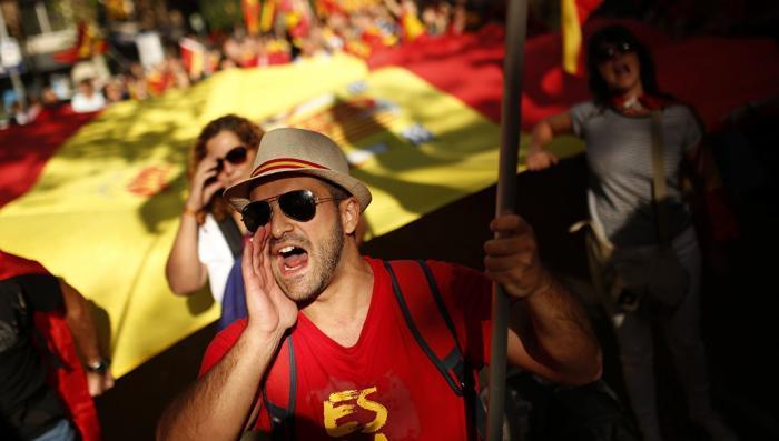 В Барселоне тысячи людей вышли на митинг в защиту единства Испании