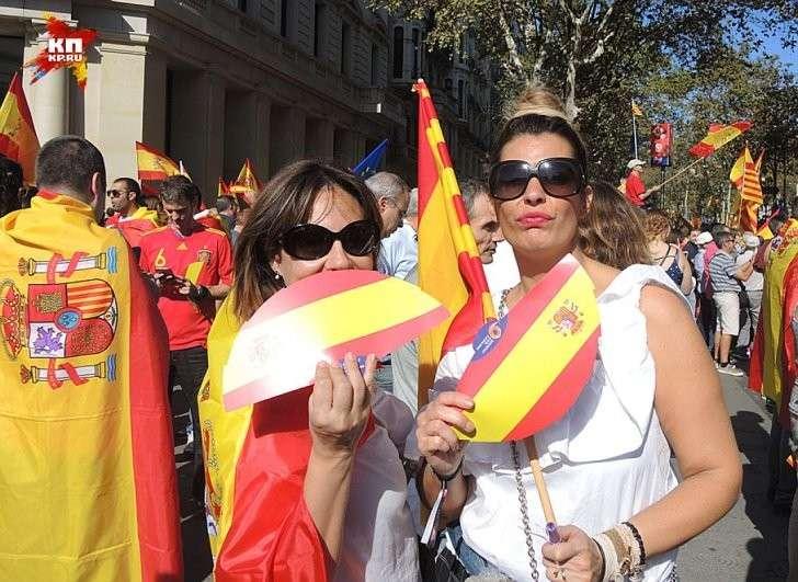 Демонстранты на митинге в Барселоне за единство Испании Фото: Дарья АСЛАМОВА