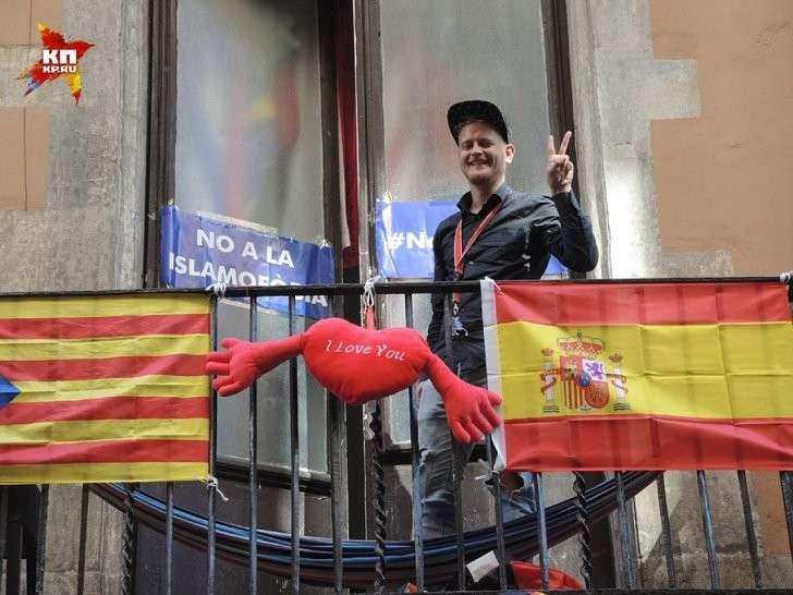 Парень вывесил на балконе флаги Каталонии и Испании вместе в знак любви Фото: Дарья АСЛАМОВА