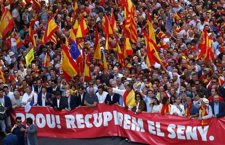 Сторонники единой страны вышли на улицы Барселоны Фото: REUTERS