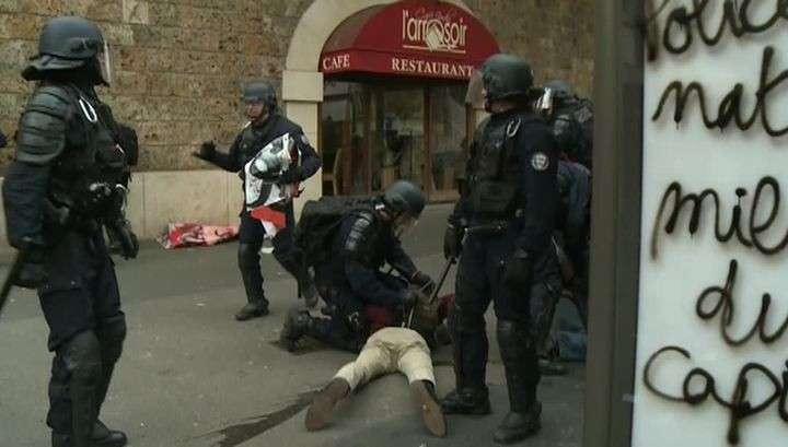 В просвещённой Франции полиция разогнала газом и шашками буйных демонстрантов в масках