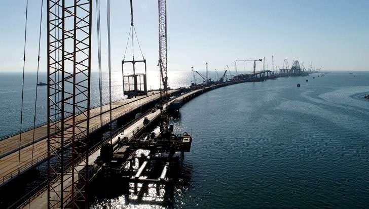 Мост в Крым: автодорожную арку начали транспортировать к месту установки