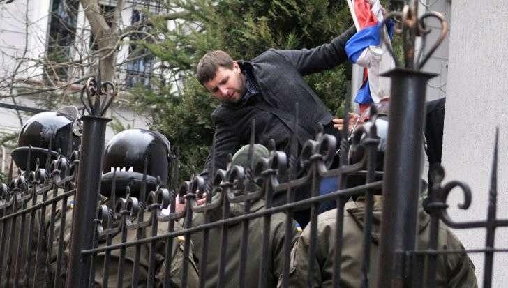 Заочно арестовано четыре бандеровца за нападения на дипмиссию России