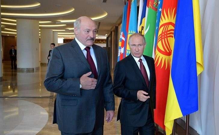 СПрезидентом Белоруссии Александром Лукашенко перед началом заседания Совета глав государств– участников Содружества Независимых Государств.