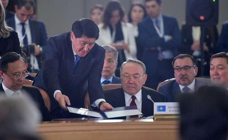 Президент Казахстана Нурсултан Назарбаев назаседании Совета глав государств СНГ врасширенном составе.