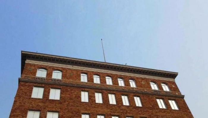 В Сан-Франциско одичавшие американцы сорвали флаг с закрытого российского консульства