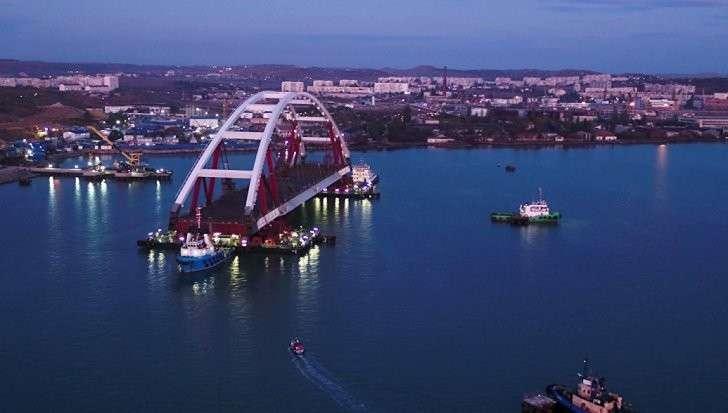 Мост в Крым: автодорожную арку доставили в створ керченского моста