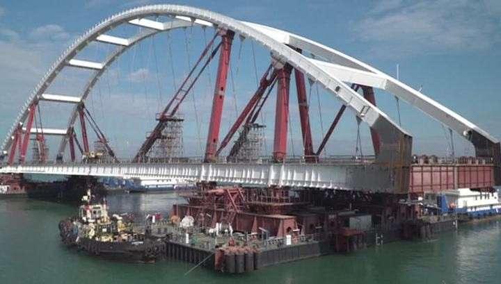 Крымский мост: вторую арку начали поднимать на опоры