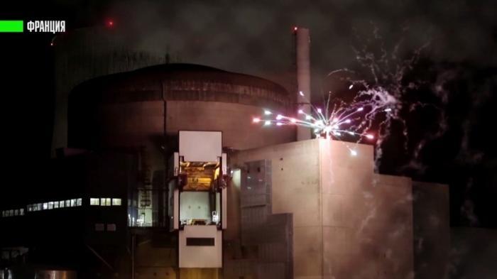Во Франции активисты Гринпис проникли на АЭС и запустили там фейерверк