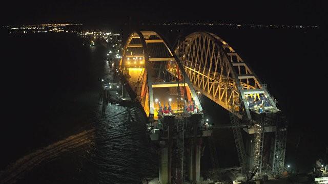 Автодорожную арку Керченского моста закрепили на проектной высоте. Съемка с дрона