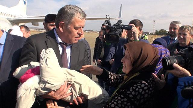 Детей, вывезенных из Сирии и Ирака, передали родственникам в Грозном