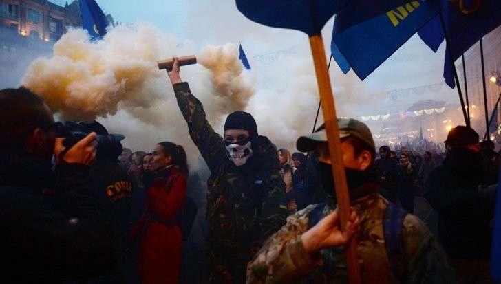 Киев: нацисты прошли маршем со швабрами и дымовыми шашками