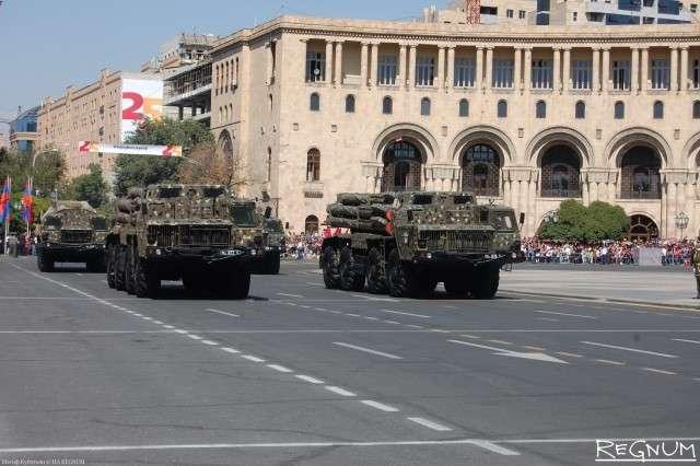 Тяжелая реактивная система залпового огня БМ-30 «Смерч» на военном параде в Ереване