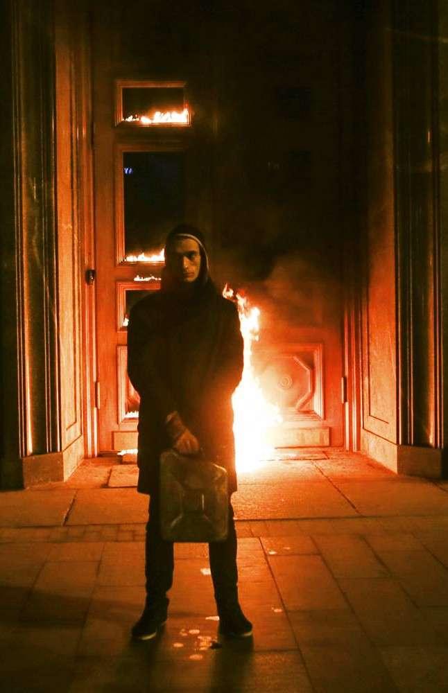 Шизоид Павленский на этот раз поджёг Центробанк Франции