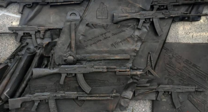 Бездарный скульптор Салават Щербаков отказался исправлять ошибку на монументе Калашникову
