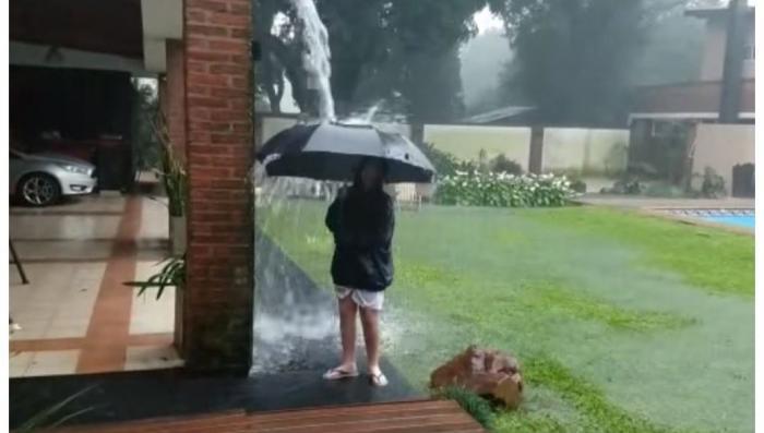 Аргентина: мать сняла на видео разряд молнии, ударивший рядом с сыном
