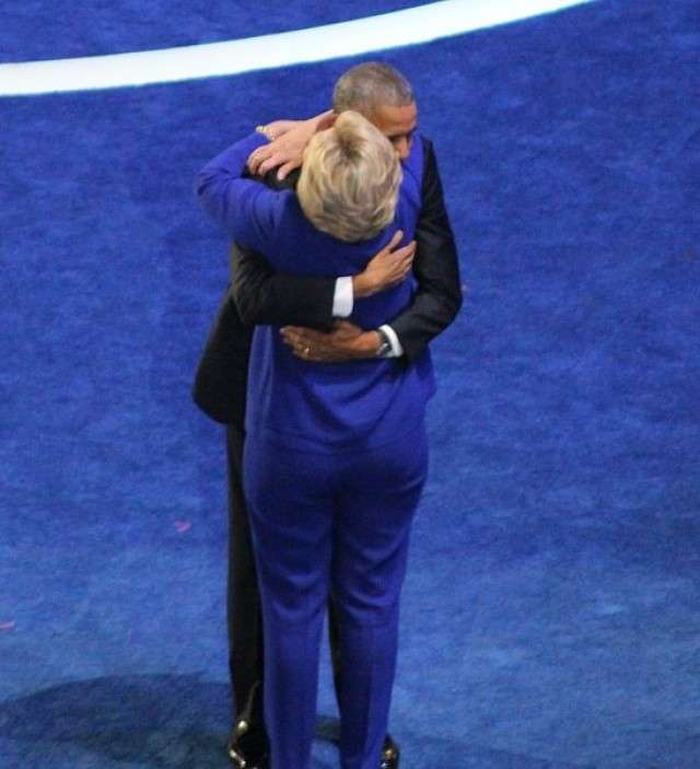 Объятия Барака Обамы и Хиллари Клинтон. Июль 2016