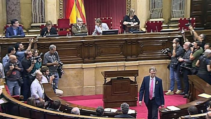 Испанское правительство отстранило главу Каталонии Карлеса Пучдемона от должности
