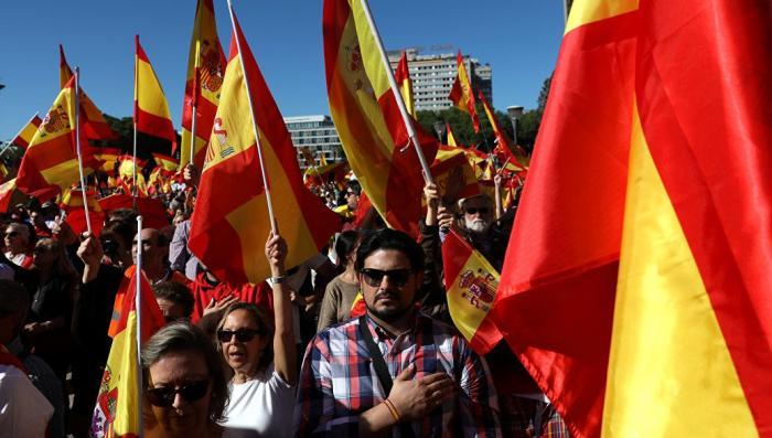 В Мадриде тысячи людей вышли на акцию за единство Испании