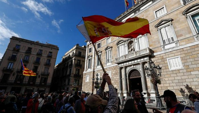 Парламент Каталонии признал решение испанских властей о его роспуске и прекратил работу