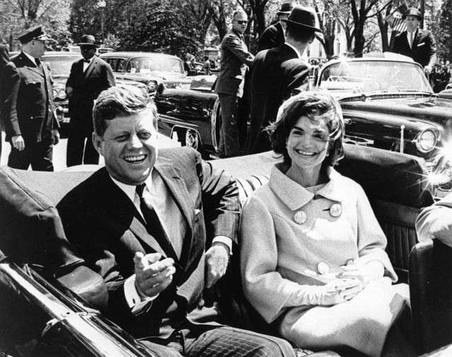 Президент Кеннеди с супругой в начале последней совместной поездки