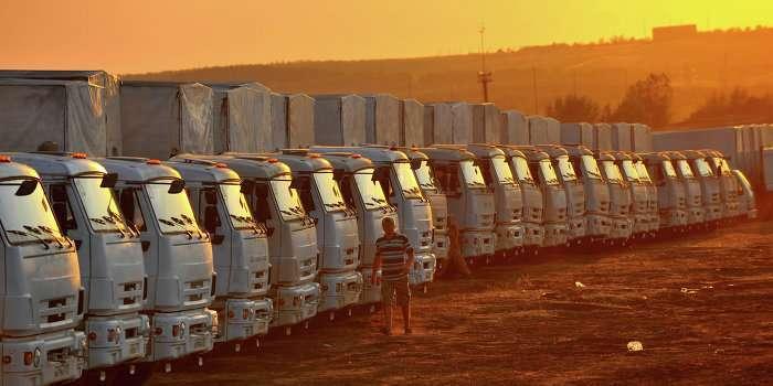 Второй гуманитарный конвой стоит у границы Новороссии