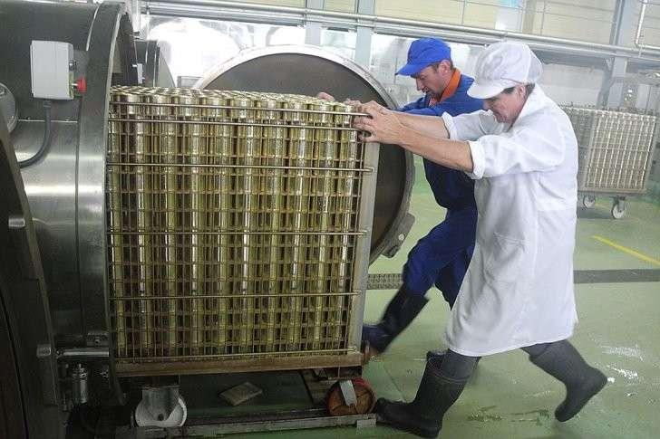 В консервные банки рыбу закатывают сырой, а только потом проходит термообработку-стерилизацию в автоклаве. Фото: Алексей БОЯРСКИЙ