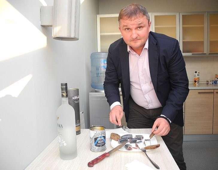 Александр Ефремов и сам закусывает только иваси, приготовленным в море. Фото: Алексей БОЯРСКИЙ