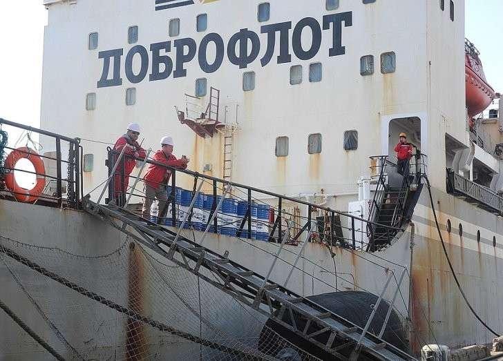 Даже таким гигантским транспортникам для прохода по Северному морскому пути требуется ледокольное сопровождение. Фото: Алексей БОЯРСКИЙ